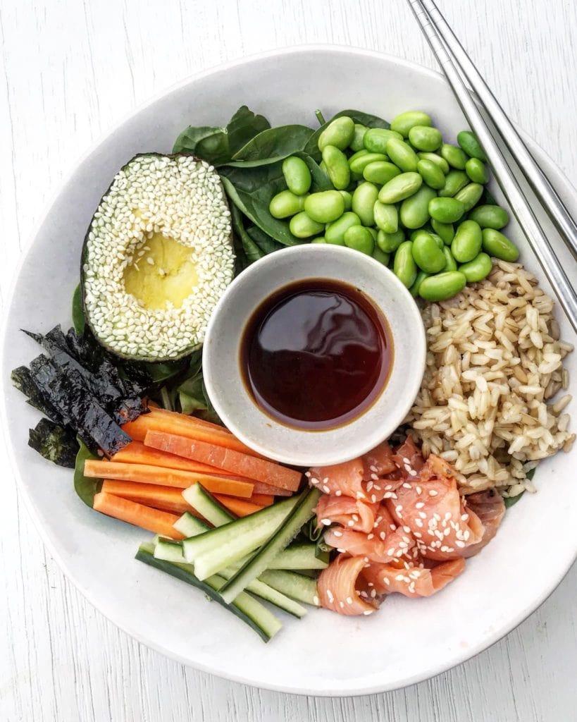 Salmon and edamame sushi salad with soya sauce.